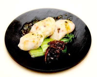 費拉洛將海鮮製成海鮮漿,搭配台灣山蘇花,並用客家擂茶製作手法,將綠茶、花生、芝麻等搗成醬料,再製成「海鮮香腸」。(記者許振輝/攝影)