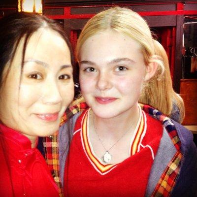 王憲苓(左)與女童星艾兒芬妮在新片中合作。(圖:Eillen Haves Management提供〉