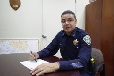 屋崙警局第三區大隊長歐洛斯可指出,亞裔婦女易成為歹徒搶劫目標,更應隨時注意自身安全。(記者陳巧倫/攝影)