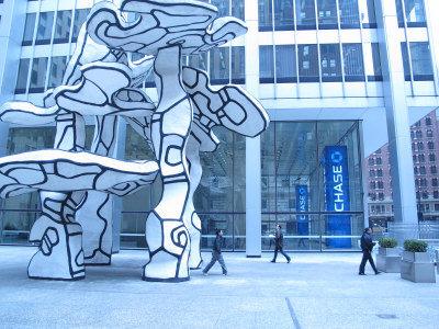 大通曼哈坦一號前的雕塑是藝術大師畢加索的作品。(韓傑/攝影)