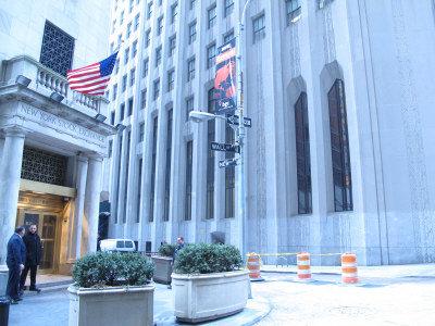 華爾街一號大樓與紐約證券交易所大樓相鄰。業主有意出售該大樓引起中國買家的興趣。(韓傑/攝影)