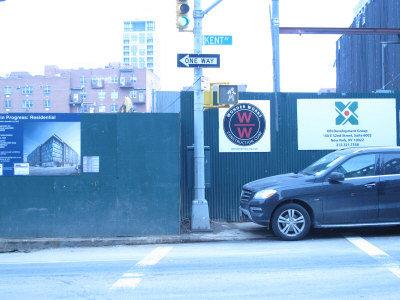 鑫苑置業在布碌崙威廉姆斯肯特街421號開發一棟住宅大樓。汽車上方為鑫苑置業標誌。(韓傑/攝影)