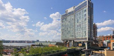 標準旅館建在曼哈坦的高架橋上,景觀極好。(取材自Standard Hotel官網)