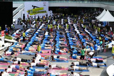 平板支撐世界杯賽22日在北京銀河soho舉行,2000多位平板支撐愛好者一齊衝擊「同時做平板支撐人數最多」的金氏世界紀錄。soho中國董事長潘石屹、「瑜伽女神」母其彌雅以及前美國駐華大使駱家輝偕出席活動。(中新社)