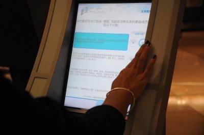 洛杉磯國際機場國際航廈(TBIT)新啟用自動護照檢驗系統,第一步便是填寫海關入境申報表格。(記者吳珮甄/攝影)