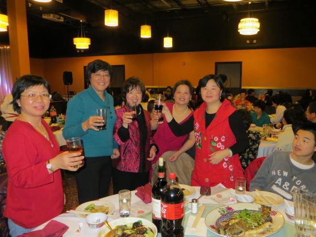 聖路易中文學校副校長陳璐(左二起)、校長程寶珠、副校長陳泓和財務何友欣向老師致敬。(記者周密/攝影)