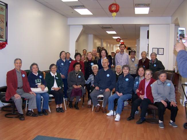 市議員競選人謝莉‧寇恩(Sherrie Cohen,二排左三)訪華埠老人會。二排左四為蕭柏琦。(圖:美亞老人會提供)