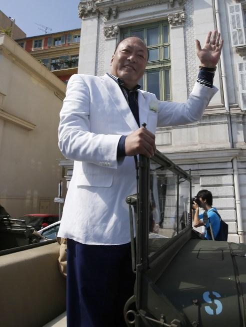 中國天獅集團董事長李金元乘吉普車遊行。(Getty Images)