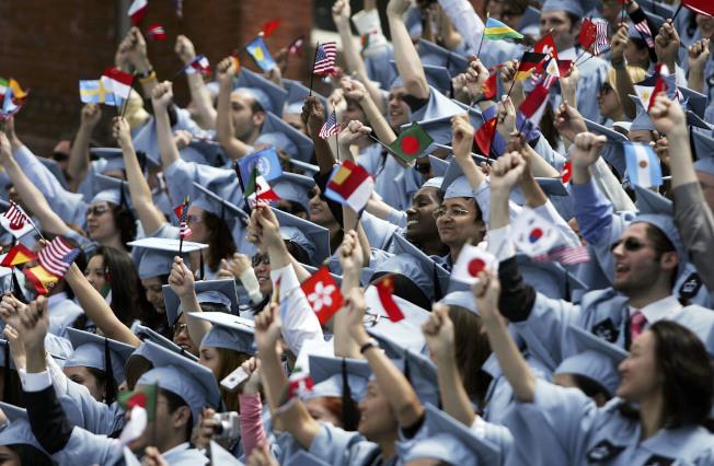 哥倫比亞大學國際學生2005年5月18日在畢業典禮中,揮舞著代表母國的國旗。(Getty Images)
