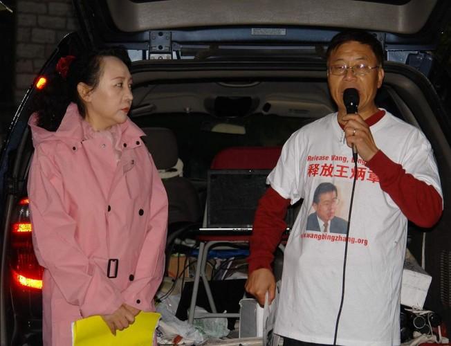 目前遭中国关押异议人士王炳章的弟弟王炳武(右),发起网上请愿方式,盼美、加对中国施压、释放王炳章。左为盛雪。(记者葛健生/摄影)