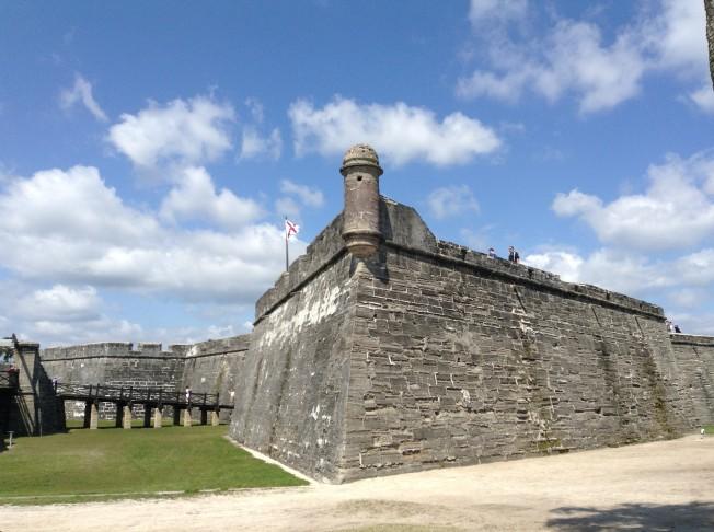 聖馬可要塞是一座四方形的巨大城池,四個角上又多出四個突出的角樓,可供部署砲位。