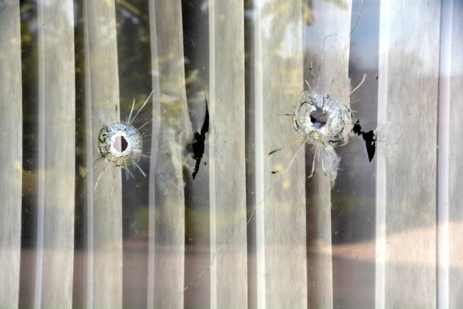 玻璃上的四颗弹孔清晰可见,触目惊心。(记者张宏 /摄影)