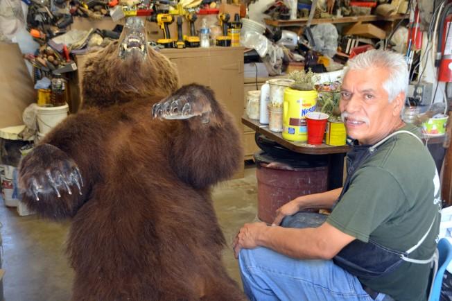 Gomez正在制作一只阿拉斯加棕熊的标本。(记者张宏/摄影)