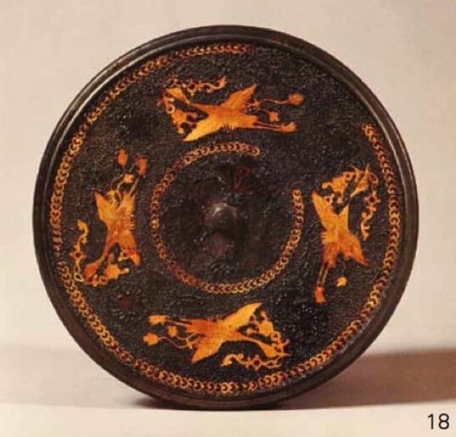 圖為同一時代在西安出土的唐代鸞鳥銜綬紋銅鏡,直徑22.7公分,重1460公克。(取材自陝西歷史博物館)