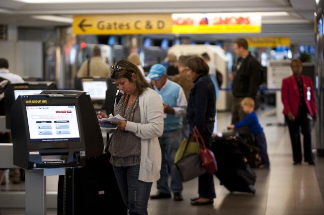 乘客在紐約拉瓜地亞機場的櫃台登記。(Getty Images)