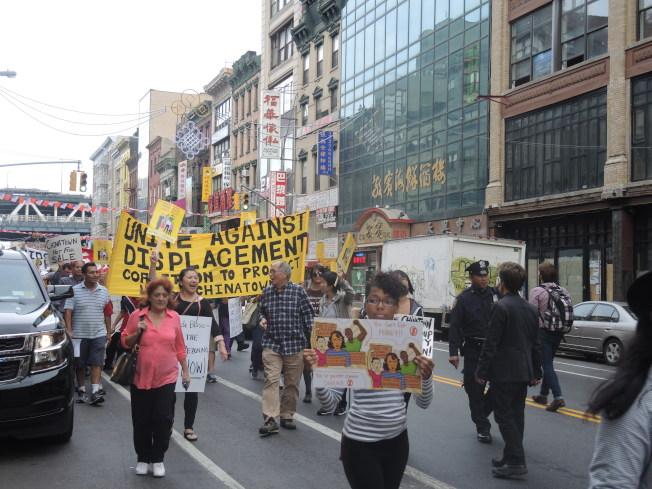 近千名示威者在華埠和市議會門前呼籲遏制華埠貴族化。(記者尹英姿/攝影)