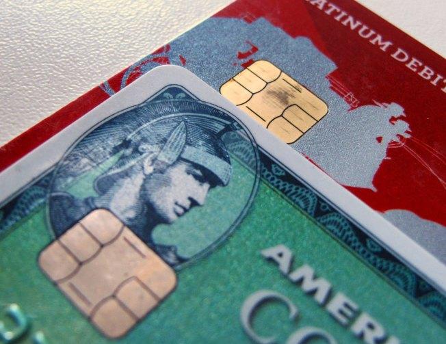 美國的信用卡將改採EMV科技,付款處理系統讀取信用卡正面的晶片,以減少詐欺,但刷卡等候批准的時間可能會延長。(路透)