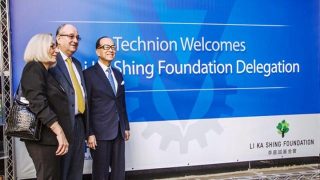香港首富李嘉�\(右)以他的基金��名�x,捐�Y1�|4000�f美元在�V�|建�O以色列理工�W院。(�W路�D片)