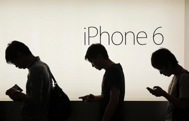 手機變成生活必需品,許多家庭便不再使用固定線路電話。(美聯社)