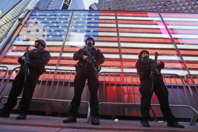 紐約曼哈坦的時報廣場30日已有大量警力把守。(美聯社)