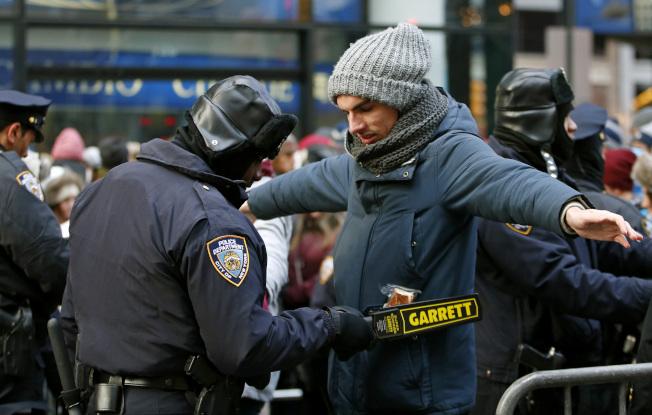 跨年慶祝活動歷來都是紐約市反恐重點,圖為2014年除夕跨年活動前的安檢。(美聯社)
