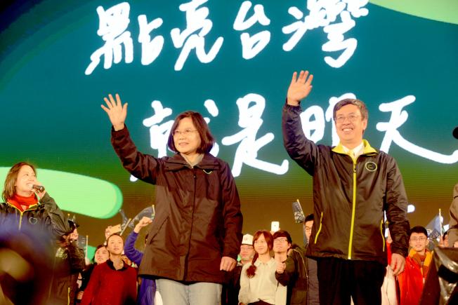 民進黨正副總統候選人蔡英文、陳建仁15日在總統府前凱達格蘭大道舉行選前之夜,冒雨向現場上萬名支持者致意。(記者許振輝/攝影)