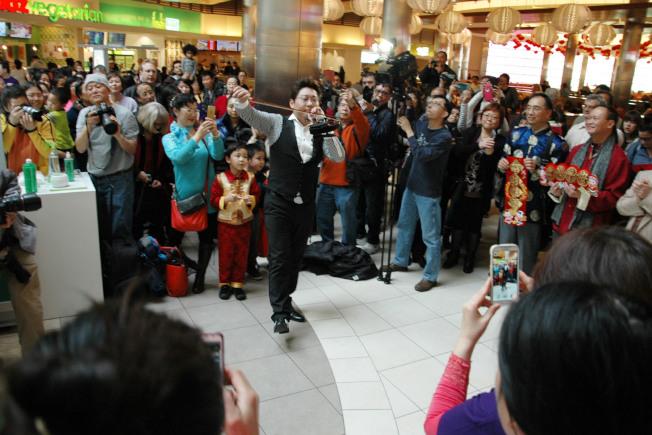 「瘋狂小提琴」演奏家張少博30日在「快閃」活動展現其神乎其技的高超琴技。(簡麗琦/攝影)