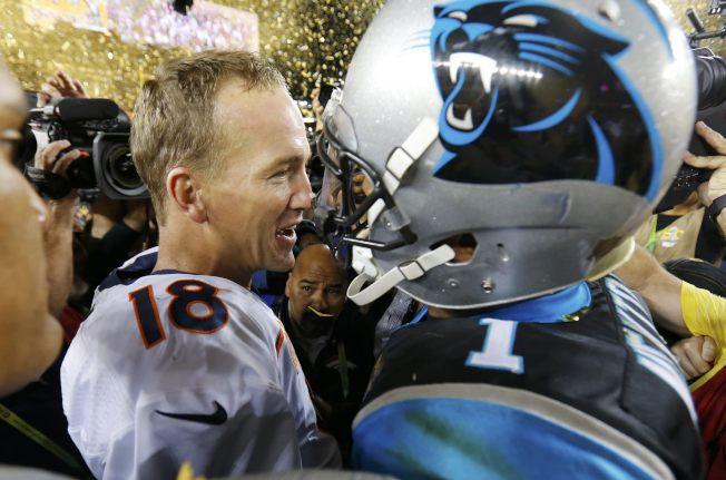 丹佛野馬7日以24:10擊敗卡羅來納黑豹,贏得第50屆NFL職業美足超級盃。圖為野馬四分衛曼寧(左)與黑豹四分衛紐頓(右)賽後相互致意。(路透)