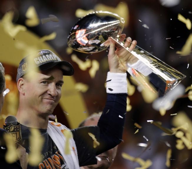 丹佛野馬7日以24:10擊敗卡羅來納黑豹,贏得第50屆NFL職業美足超級盃。圖為野馬四分衛曼寧慶祝奪冠。(美聯社)