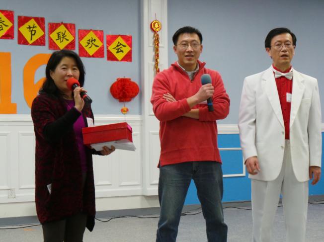 京津同鄉會舉辦春晚,波士頓北京牛人微信群主李會銘(中)在晚會中跟鄉親拜年。(記者唐嘉麗/攝影)