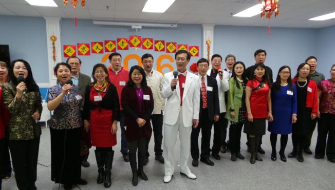 京津同鄉會成員團聚過年,活動組織者帶領全體與會者合唱「歡樂今宵」。(記者唐嘉麗/攝影)