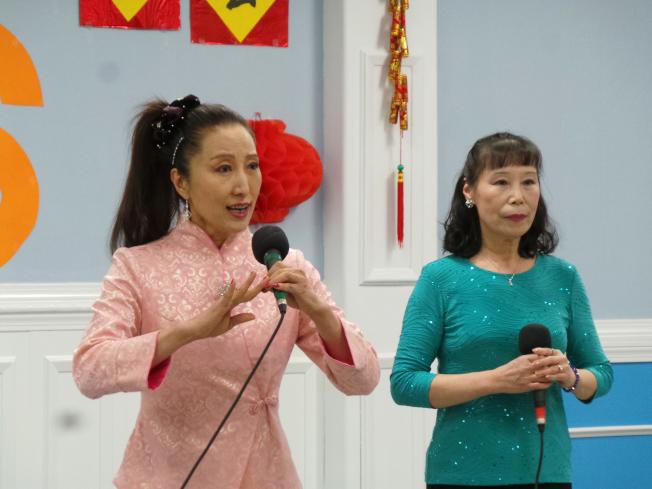 京津同鄉會舉辦春晚,汪榮華(右)、曹麗麗(左)表演「紅燈記選段」。(記者唐嘉麗/攝影)