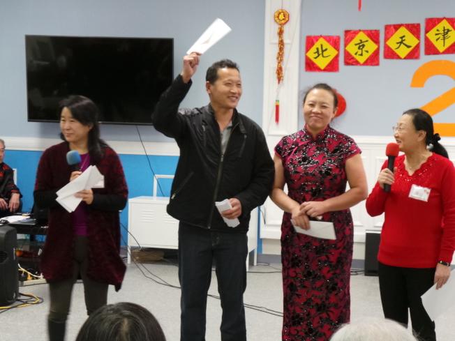 京津同鄉會舉辦春晚,佳餚評比一等獎得主為李廣(左二)、李麗娜(右二),由王晶(左一)、潘延(右一)頒獎。(記者唐嘉麗/攝影)