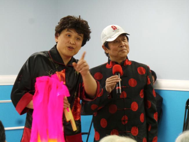 京津同鄉會舉辦春晚,寧可(左)自編自演小品,與高迪(右)共同演出「猴年馬月的問候」。(記者唐嘉麗/攝影)