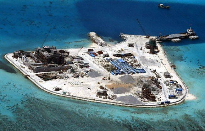 菲律賓軍方提供的空照圖顯示,中國在南海爭議海域上的海礁建島的行動「火力全開」,包括在馬比尼礁(Mabini Reef)上大興土木。(歐新社)