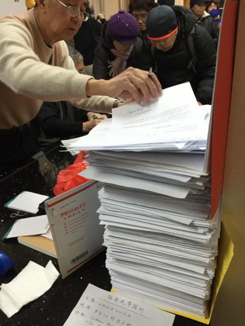 美東聯成公所已收到上萬份挺梁彼得的請願書,大批民眾到場簽署。(記者許雅鈞/攝影)