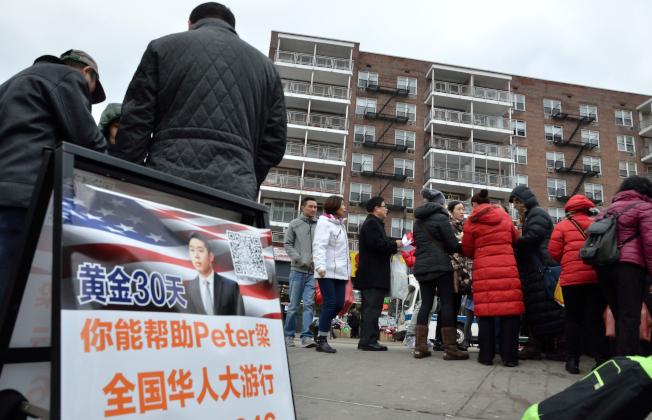 紐約皇后區法拉盛大批華人在街頭,號召民眾參加20日的挺梁集會。(記者朱澤人/攝影)