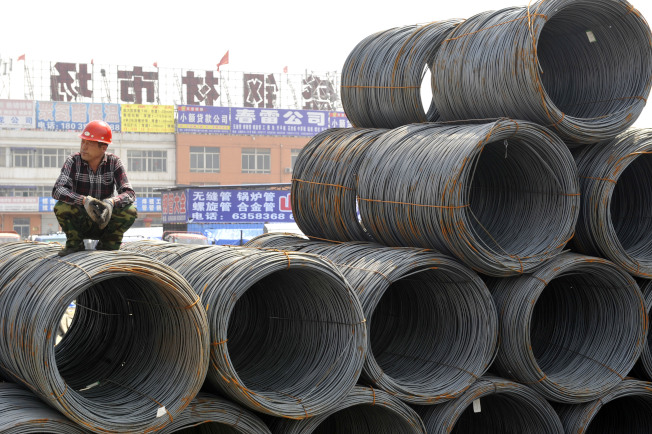 中國歐盟商會22日指出,中國重工業的產能過剩對全球經濟造成「深遠的」損害,而鋼鐵生產與市場需求則「完全脫節」。圖為工人在鋼材市場等候買家鋼筋。(中新社)