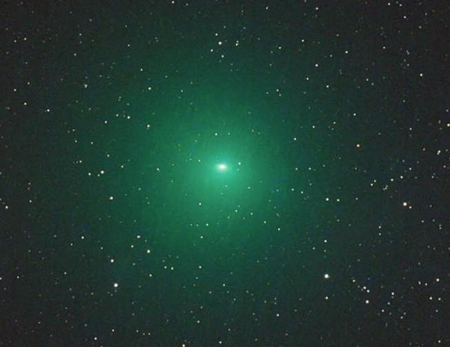 彗星掠過地球 罕見發出綠色光芒