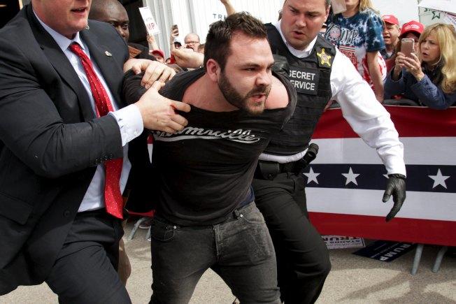 川普是坏人,警方为他驅逐數十人