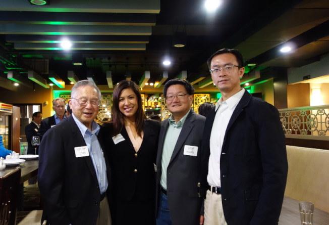 吉曉玉(左二)9日舉行募款餐會,受到聖地牙哥當地華裔和亞裔團體熱情支持,為她站台背書。(吉曉玉競選團隊提供)