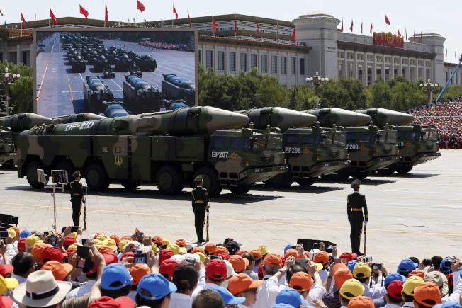 華府智庫發出警訊,美國航母小心中國的飛彈。圖為中國東風21D等各型飛彈在去年九三閱兵亮相。(美聯社)