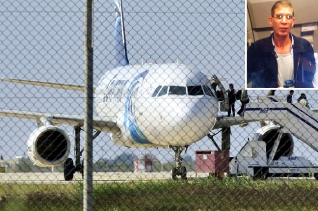挾持埃及航空班機的嫌犯(右上)29日投降。這架班機遭劫持後轉降在賽國拉納卡(Larnaca)機場,機上所有人員全部平安。(路透)