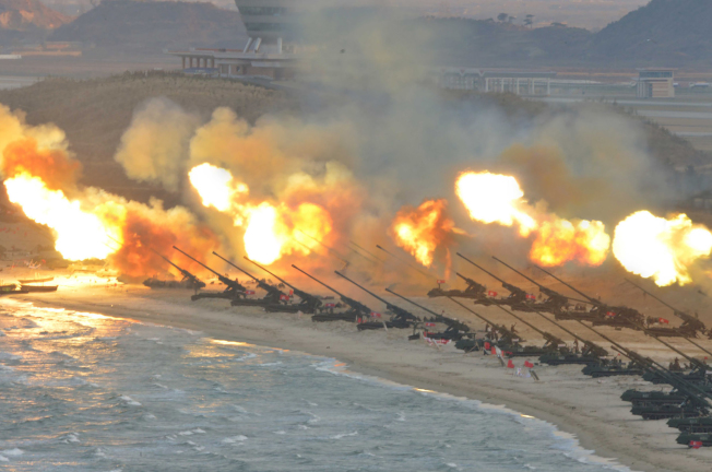 北韓官方3月25日發布的圖片顯示,北韓聯合部隊進行大規模的遠程防空導彈演習。(Getty Images)