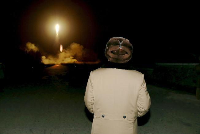 北韓官方3月11日發布的圖片顯示,北韓領導人金正恩觀看火箭發射。(路透)