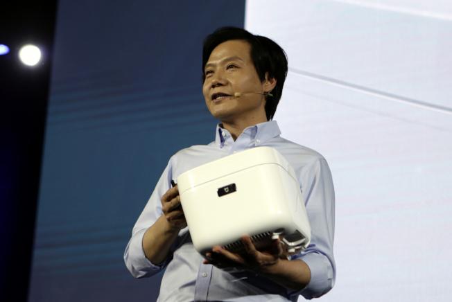小米董事长雷军宣布推出米家压力IH电锅,定价人民币999元。(中新社)