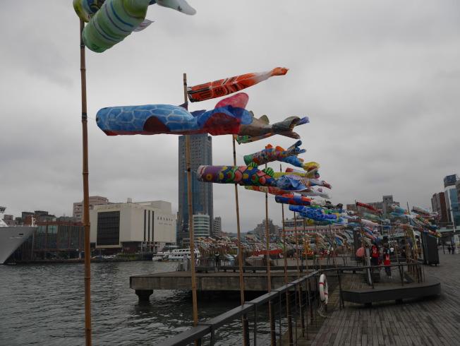 4月鯉魚旗在基隆港邊飄揚,是基隆港特有風情。(記者吳淑君/攝影)