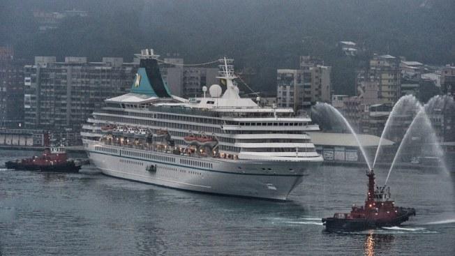 郵輪ARTANIA號上月首航基隆,基隆港務分公司拖船噴水柱迎接。(圖:洪敦智提供)