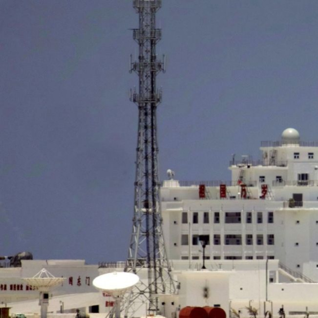 東門島白色建築物出現了艦砲和重機槍。(取材自南海研究論壇)