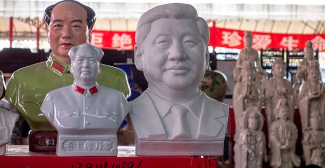 中國國家主席習近平4月22日至23日出席宗教工作會議,強調中國要防範宗教極端思想侵害。圖為北京潘家園舊貨市場的店家,在佛像旁陳列毛澤東與習近平雕像。(Getty Images)